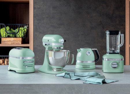 """Küchengeräte der KitchenAid Artisan-Serie in der Farbe """"Pistazie"""". © KitchenAid"""