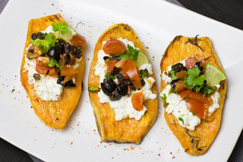 Getoastete Süßkartoffel mit Gemüse-Topping
