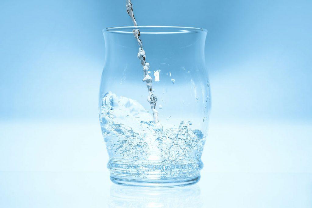 Glas Sprudelwasser